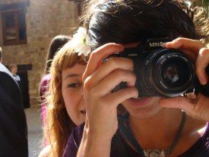 Esta imagen tiene bastantes años... Ona está haciendo la foto, Maria haciendo la foto de la foto y yo evitando dejar rastro en ninguno de los dos carretes.